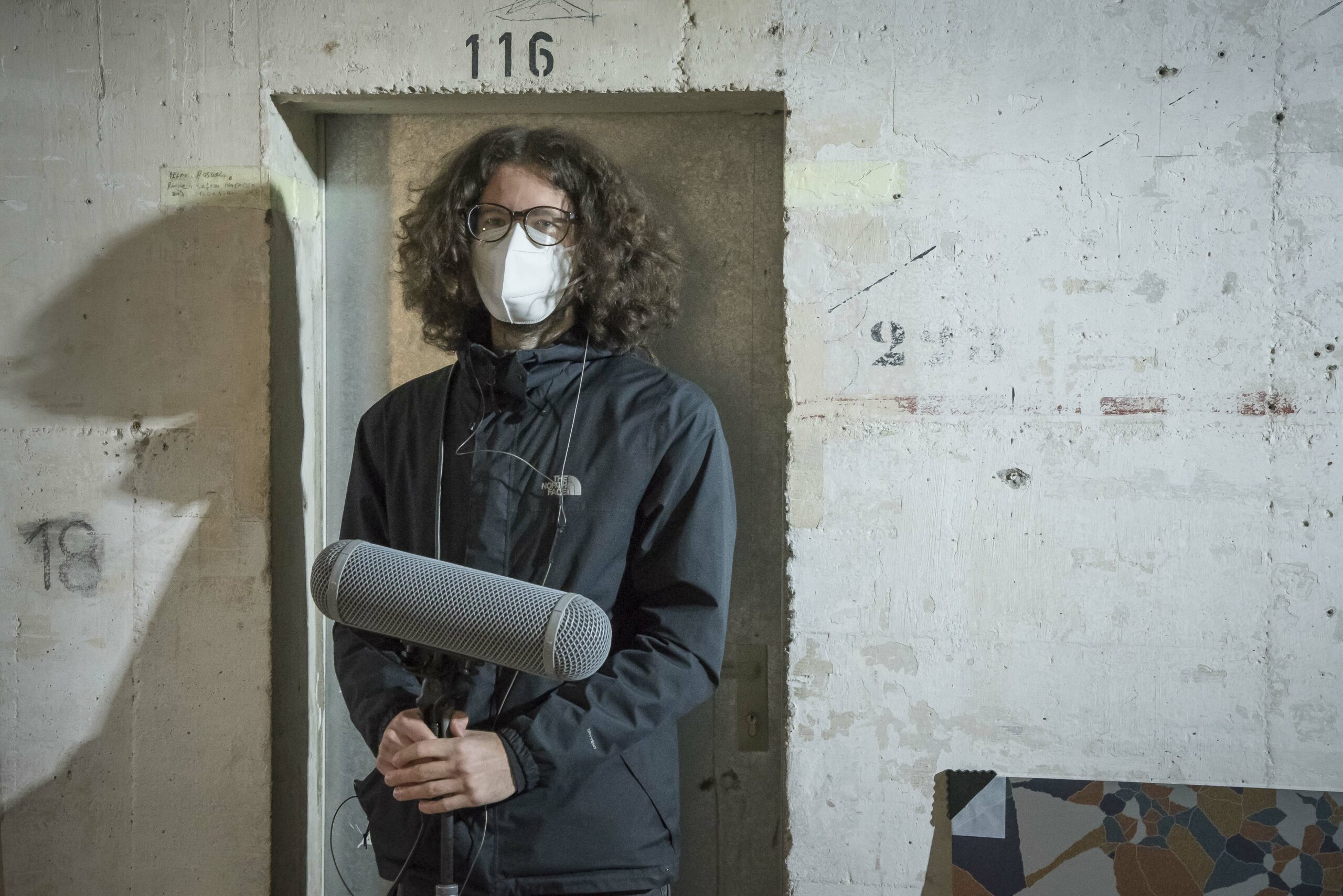 Mann mit Richtmikro im Bunker